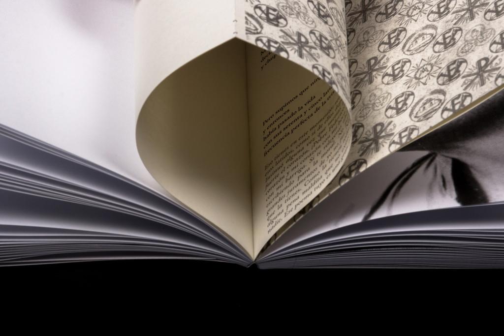 Texto insertado en el primer tomo para ser revelado por el lector. Fotografía de la autora (detalle del primer tomo).