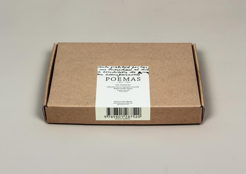 Troquel cerrado en caja. Etiqueta en Classic crest laminado semibrillante encolado a mano.