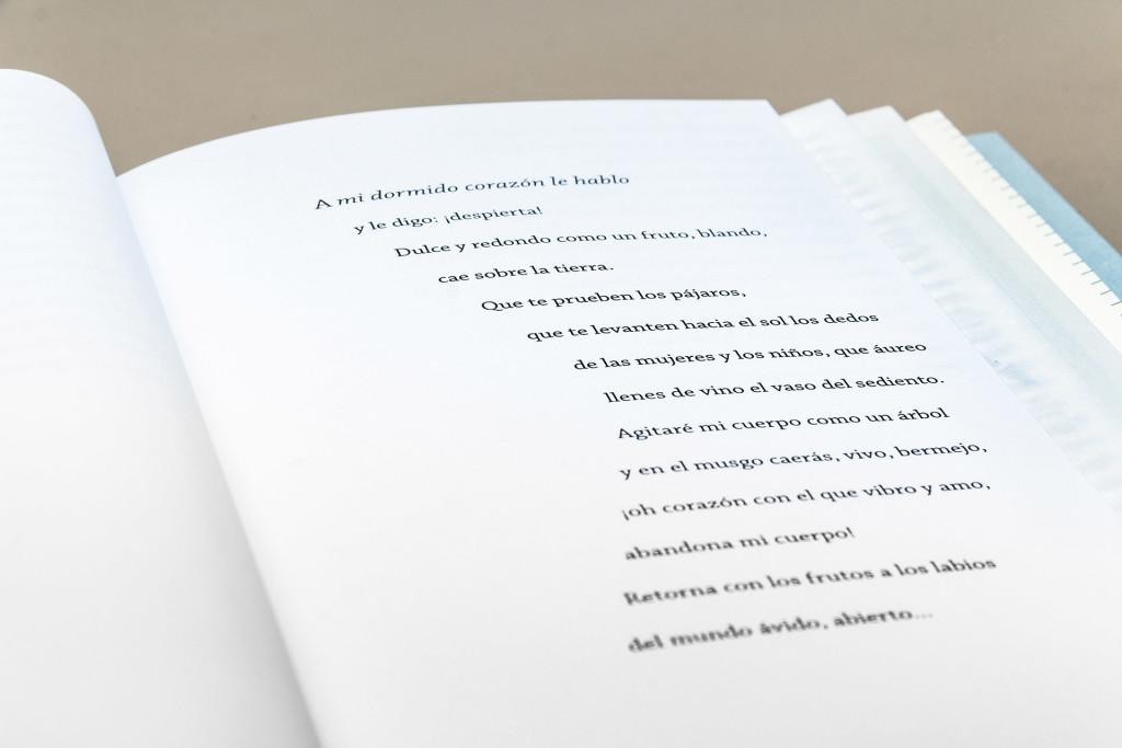 Detalles de bloque de texto con espina en curva hacia margen interno.