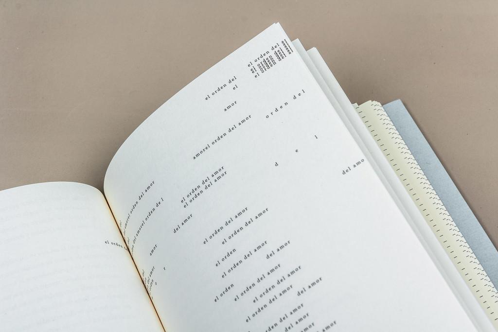 Separata con composición tipográfica sobre saima antique (crema).