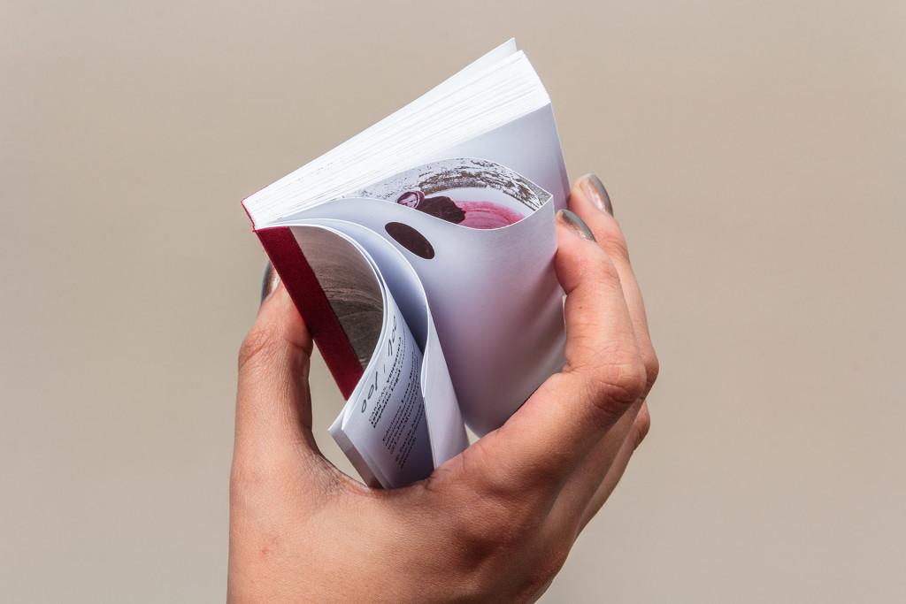 Libro miniatura, lomo cuadrados. Papel bond con plegado francés, tres tintas Pantone y troquelado.