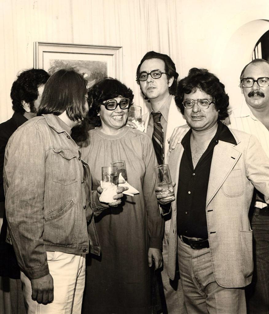 De izquierda a derecha: Enrique Hernández D' Jesús, Miyó Vestrini, Alberto Patiño, Adriano González León y Oscar Díaz Punceles. Archivo familiar.