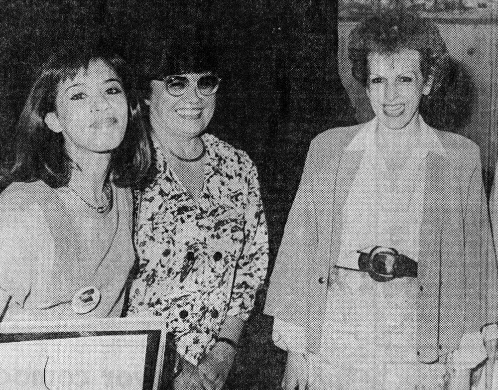Entregando el «Premio Miyó Vestrini» a la periodista Chefi Borzacchini. Recorte hemerográfico. Archivo familiar.