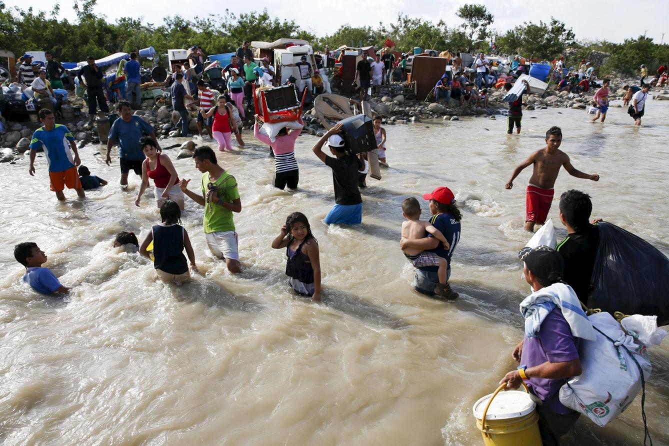 people-carry-their-belongings-across-to-colombia-through-the-tachira-river-at-san-antonio-in-tachira-state-venezuela