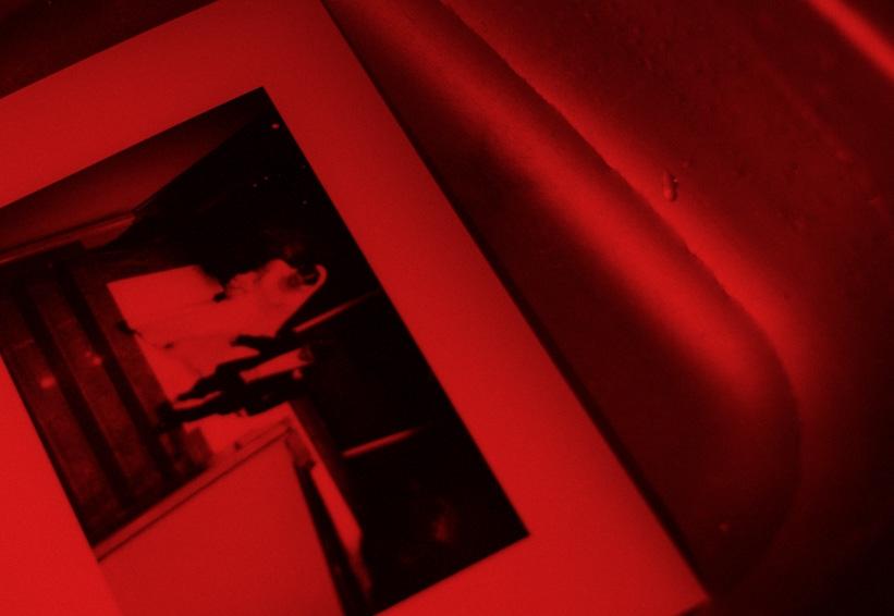 Ficciones del cuarto oscuro» ~ por Lucía Jiménez – Letra Muerta